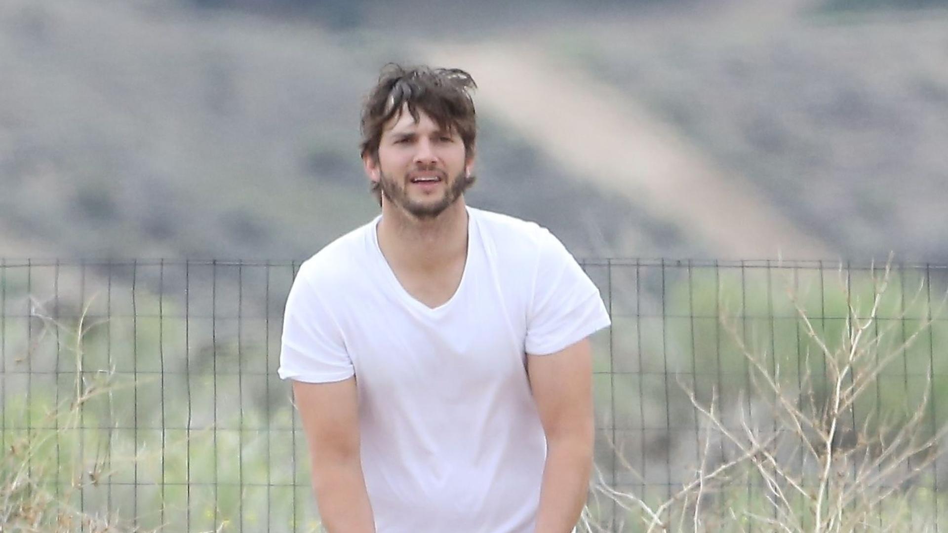 22.mai.2014 - Ashton Kutcher joga bola após praticar motocross em parque da Califórnia