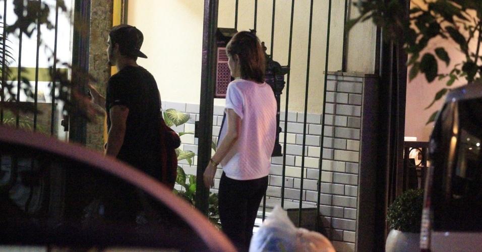 22.mai.2014 - Caio Castro e Maria Casadevall são flagrados no supermercado e se beijando em uma rua no Leblon, zona sul do Rio