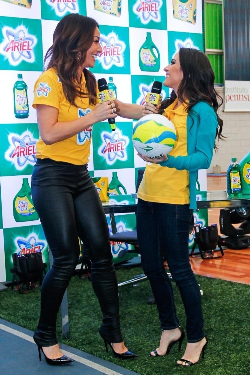 23.mai.2014 - A apresentadora Sabrina Sato e a atriz Tatá Werneck conversam durante evento publicitário de uma marca de produtos de limpeza em São Paulo