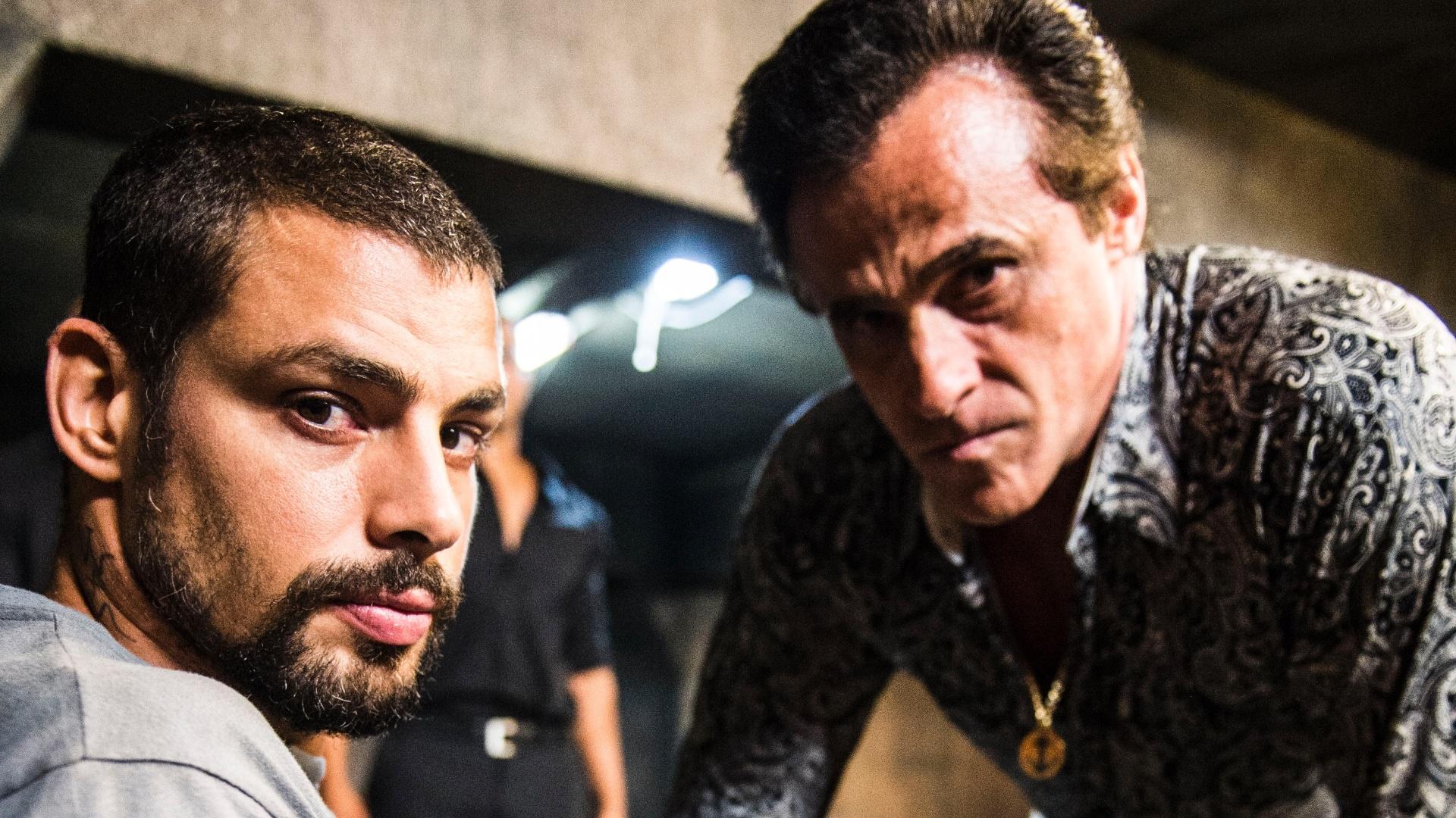 23.mai.2014 - Tony Ramos (Oscar Magrini) e André (Cauã Reymond) se encontram no prostíbulo VIP