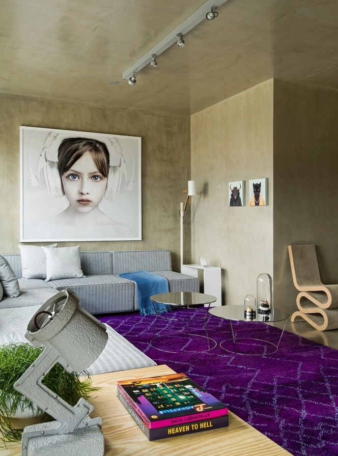 Apesar da área reduzida, a disposição dos móveis junto às paredes facilitou a circulação pelo living. O sofá em