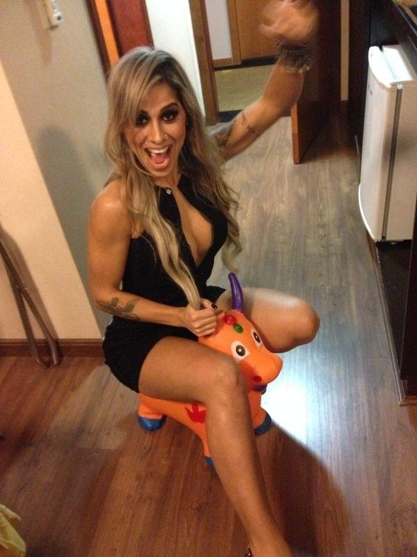23.mai.2014 - Ex-BBB Vanessa comparece a festa em boate de Belo Horizonte e leva para casa um presente que será destinado a Max, filho de Clara