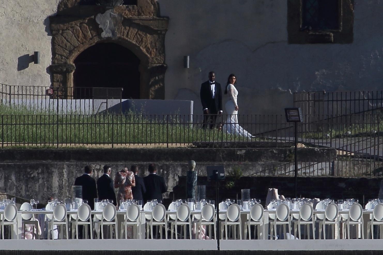 24.mai.2014 - Kim Kardashian e Kanye West se casam no Forte di Belvedere, em Florença. A estrela de reality show norte-americana mudou seu nome para Kim Kardashian West