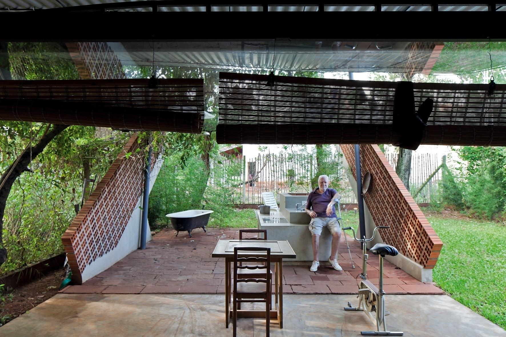 Na residência que projetou para seu sogro, o arquiteto Javier Corvalán introduz elementos da cultura paraguaia - como a churrasqueira e o ambiente de convívio rural - e materiais reaproveitados de outras obras: barras de ferro, blocos vazados, tijolos, pisos, vidros e pedras brutas. O resultado é original e muito aconchegante. Apesar de ter