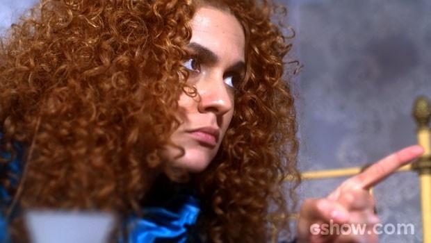 Gina conta sobre beijo, mas exige segredo