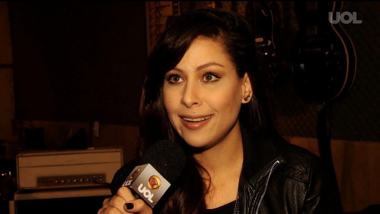 A cantora Pitty em entrevista à TV UOL para falar do disco