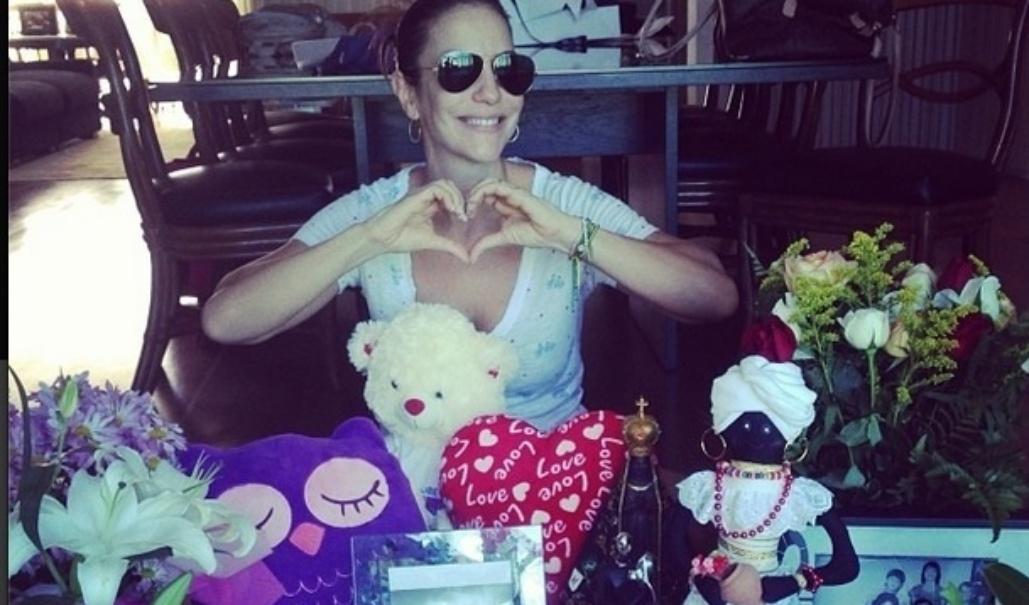 Ivete Sangalo mostra os presentes que ganhou pelo seu aniversário