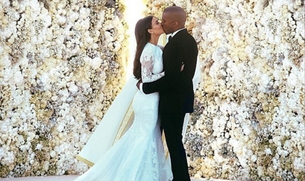 24.mai.2014 - Kim Kardashian e Kanye West selaram a união com um beijo. Eles trocaram os votos em cerimônia que reuniu familiares e amigos no Forte di Belvedere, em Florença