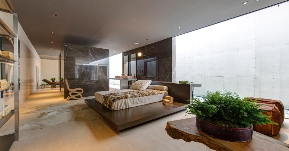 Ampla área externa, salas de estar e jantar, cozinha, banheiros e quarto (foto) compõem a Villa Deca, assinada pelo arquiteto Guilherme Torres. O dormitório tem cores sóbrias, poucos móveis e um