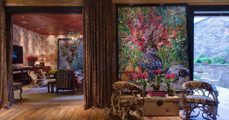 Projetada pelo arquiteto Sig Bergamin, a Casa de Campo é composta por elementos em cores terrosas e um