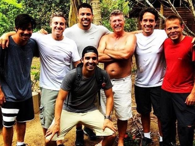 Ronaldo posa ao lado de Huck e outros companheiros da aventura no Pará