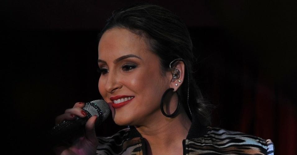 28.mai.2014 - Claudia Leitte apresenta pocket show em bar de São Paulo