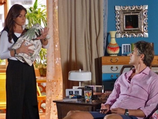 Cadu se irrita ao descobrir mentira de Clara sobre esquecimento da aliança