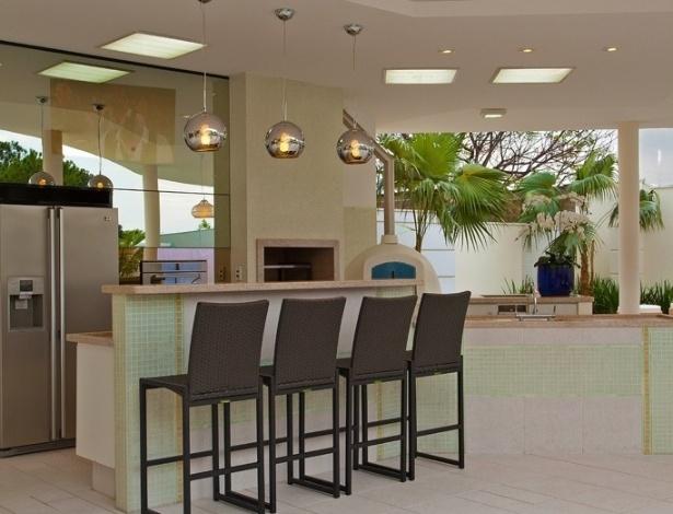 Churrasqueira e forno de pizza são alguns dos elementos que compõem a ampla área de lazer da casa de veraneio do jogador da seleção brasileira Oscar. A construção de 672 m² foi projetada pelo arquiteto Aquiles Kílaris