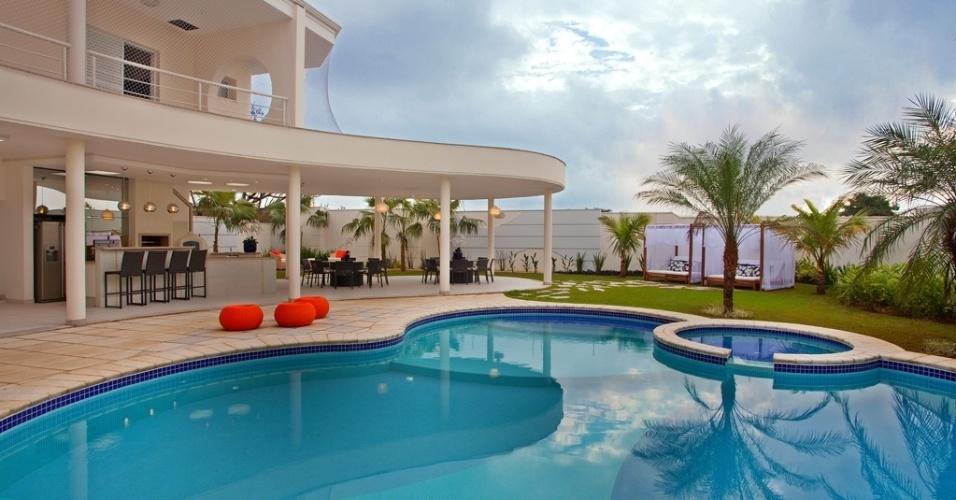 A casa de veraneio do meio-campista Oscar em Americana (SP) privilegia as áreas de lazer, onde se destacam a ampla piscina de formas orgânicas e o espaço gourmet, sob a laje de concreto. O projeto de arquitetura é de Aquiles Kílaris