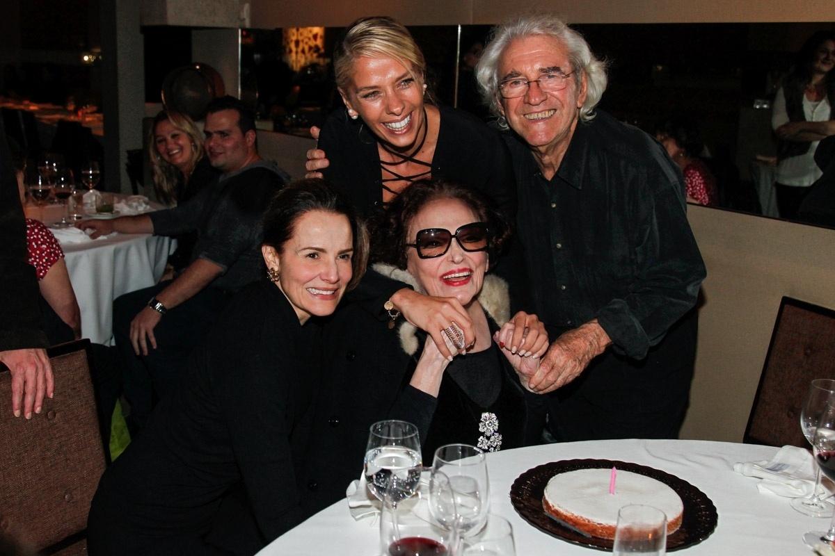 1.jun.2014 - Bibi Ferreira recebe o carinho de Bia Seidl, Adriane Galisteu e Juca de Oliveira durante a comemoração de seus 92 anos. O evento aconteceu em um restaurante nos Jardins, em São Paulo