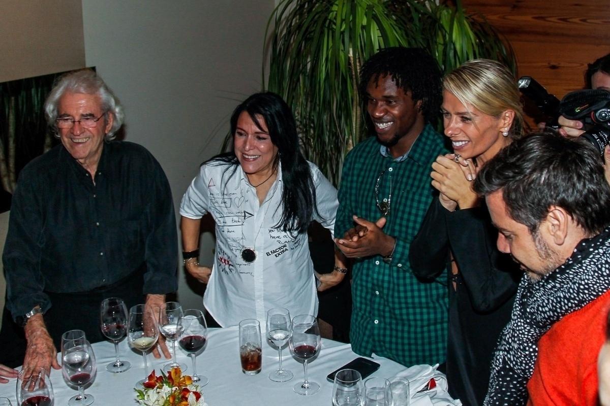 1.jun.2014 - Juca de Oliveira, Tina Ferreira e seu marido, e Adriane Galisteu cantam