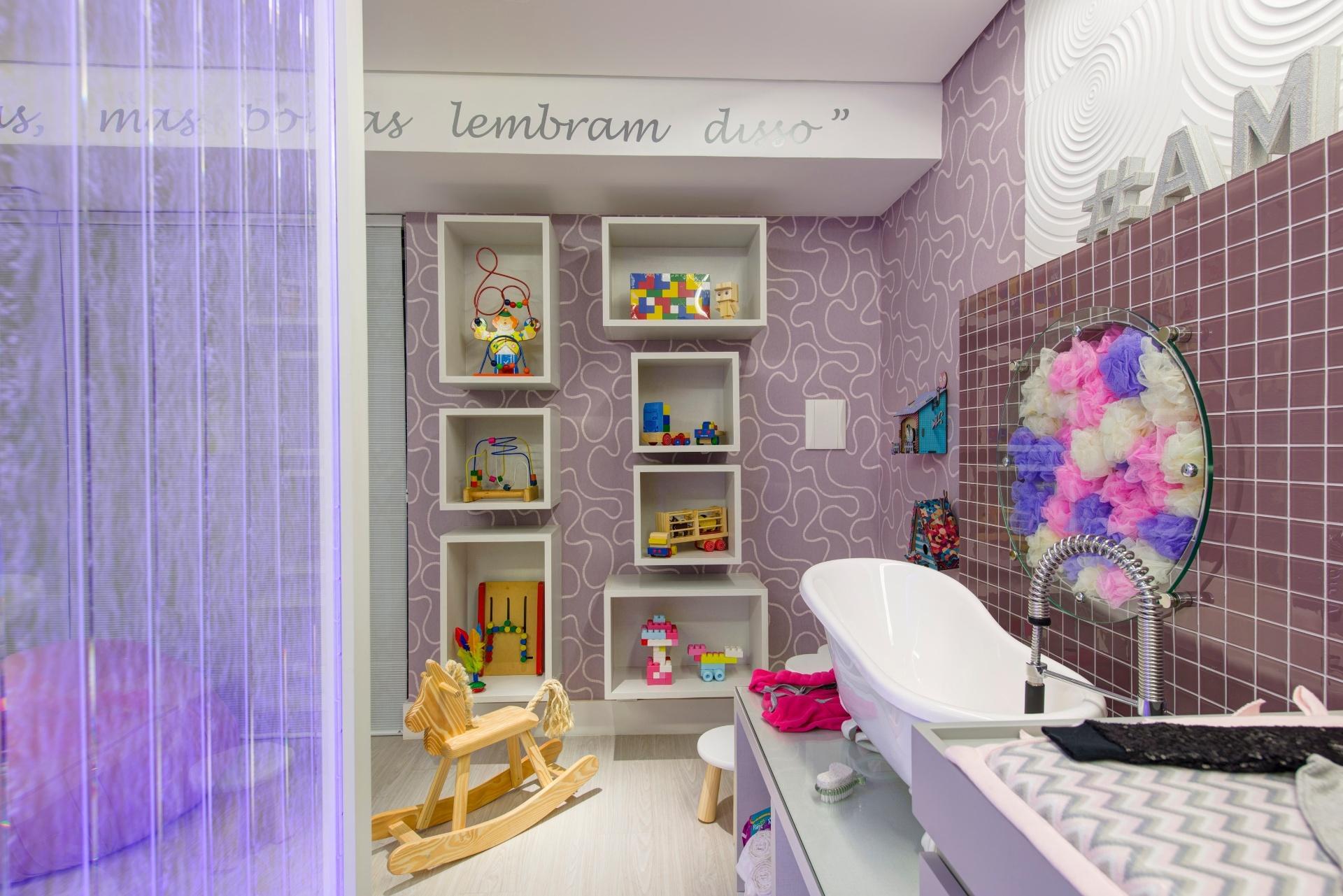 A área de banho do Quarto do Bebê, criado por Raquel Kabbani, tem nichos na parede que recebem os brinquedos da criança. Destaque também para a estrutura de vidro (à dir.) recheada por esponjas de banho. A 28ª edição da Casa Cor SP apresenta 79 ambientes até dia 20 de julho de 2014, no Jockey Club de São Paulo, na Av. Lineu de Paula Machado, 1173. Outras informações: www.casacor.com.br