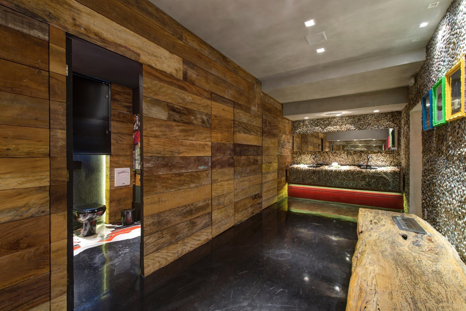 Imagens de #9D6D2E suíte do casal possui uma ampla sala de banho com hidromassagem ao  1920x1281 px 3666 Banheiros Separados Casal