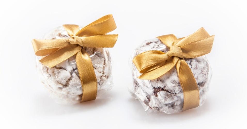 Biscoitos doces enrolados em fita de cetim, da empresa Lu Bonometti Biscotti & Dolcezze. Preço sugerido: a partir de R$ 4,50 (a dupla). Informações: www.lubonometti.com.br. Preço e disponibilidade pesquisados em maio de 2014 e sujeitos a alterações