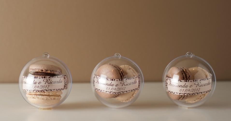 Esfera de acrílico com dois macarons cada, da empresa Giuliana Pimenta Preço sugerido: a partir de R$ 11 (a unidade). Informações: www.giulianapimenta.com.br. Preço e disponibilidade pesquisados em maio de 2014 e sujeitos a alterações