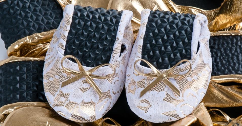 Sapatilhas customizadas com tecido de renda, da empresa  Gift Chic. Preço sugerido: a partir de R$ 15 (o par). Informações: www.giftchic.com.br. Preço e disponibilidade pesquisados em maio de 2014 e sujeitos a alterações