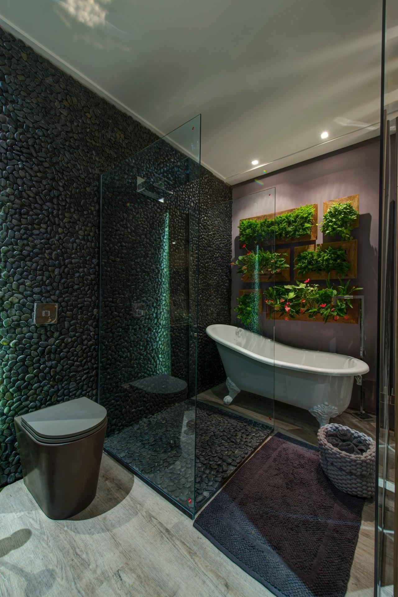 Decorado com um jardim vertical (Wall Plants) o banheiro do Studio da  #5F4C3F 1281 1920