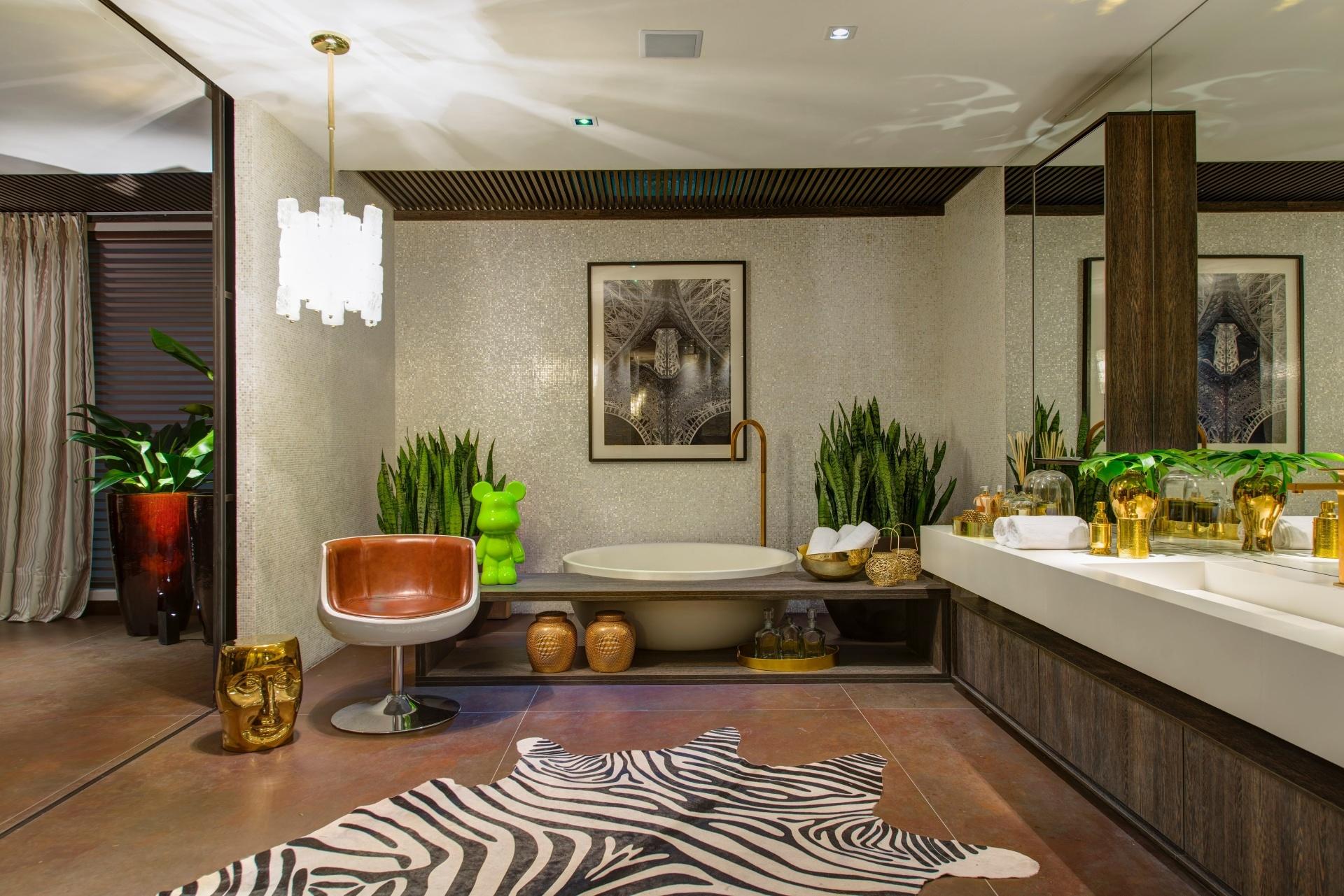 banheiro do casal é completamente revestido por pastilhas de  #80C00B 1920x1281 Banheiro Branco E Marron