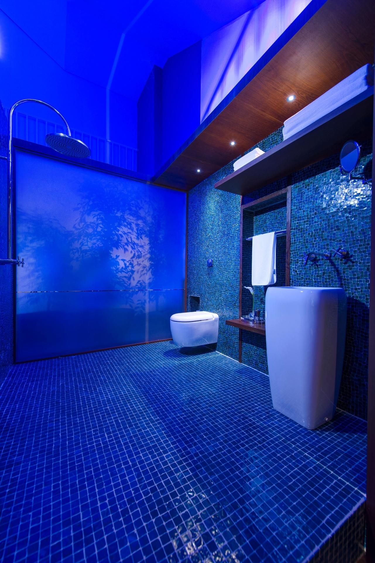 Banheiros pequenos: dicas de decoração para quem tem pouco espaço  #071FC4 1281x1920 Banheiro Branco E Azul