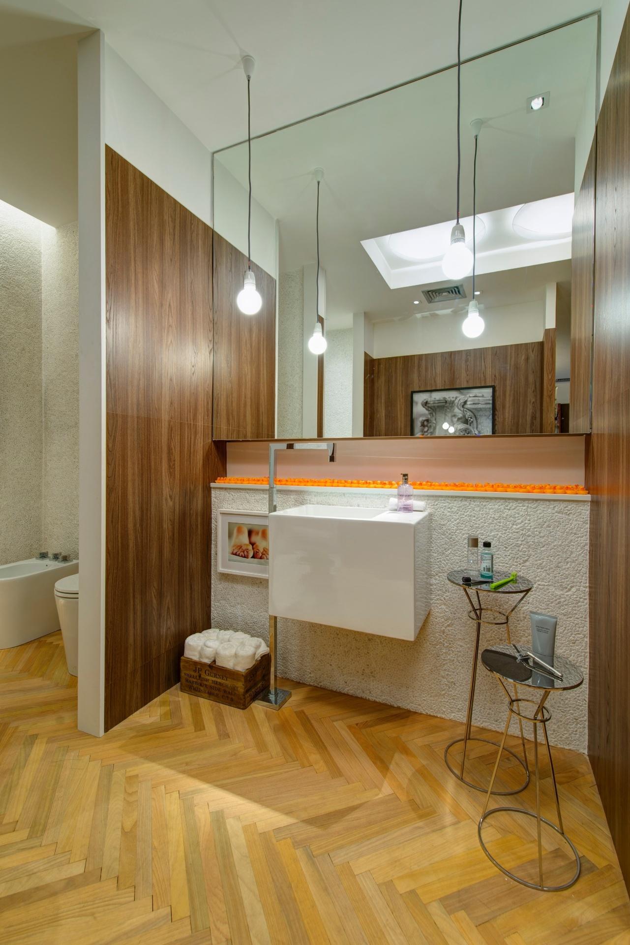 banheiro do Loft do Executivo projetado por Roberto Negrete tem a  #462C0F 1281x1920 Banheiro Acabamento