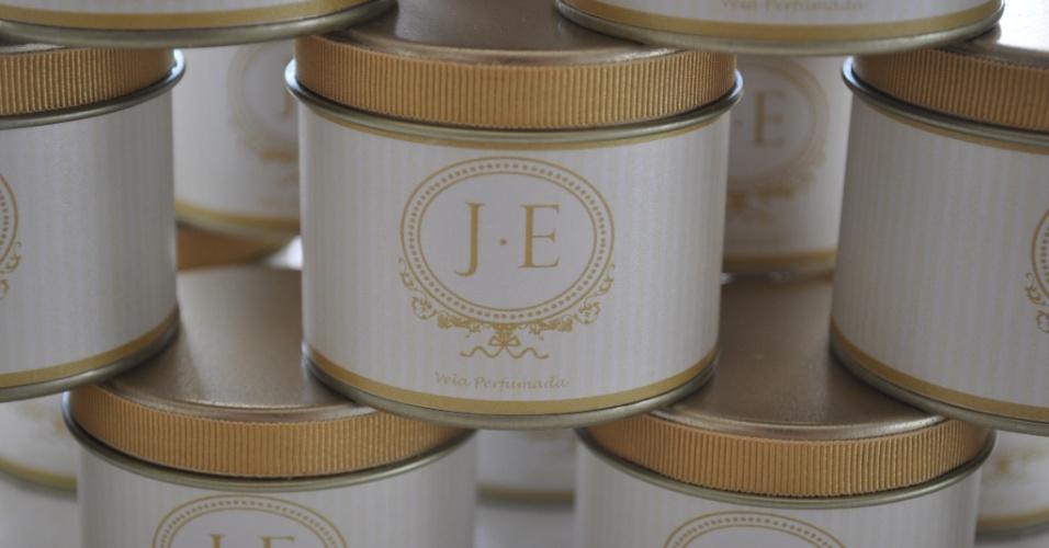 Vela perfumada em lata de alumínio com rótulo personalizado, da empresa Le Scrap Criações. Preço sugerido: a partir de R$ 10,50 (a unidade). Informações: www.lescrapcriacoes.com. Preço e disponibilidade pesquisados em maio de 2014 e sujeitos a alterações