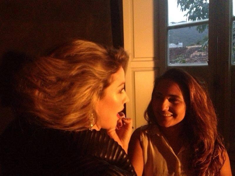 26.set.2013 - Erika Monteiro maqueia Luana Piovanni para um ensaio fotográfico. A maquiadora é uma das mais procuradas pelas famosas