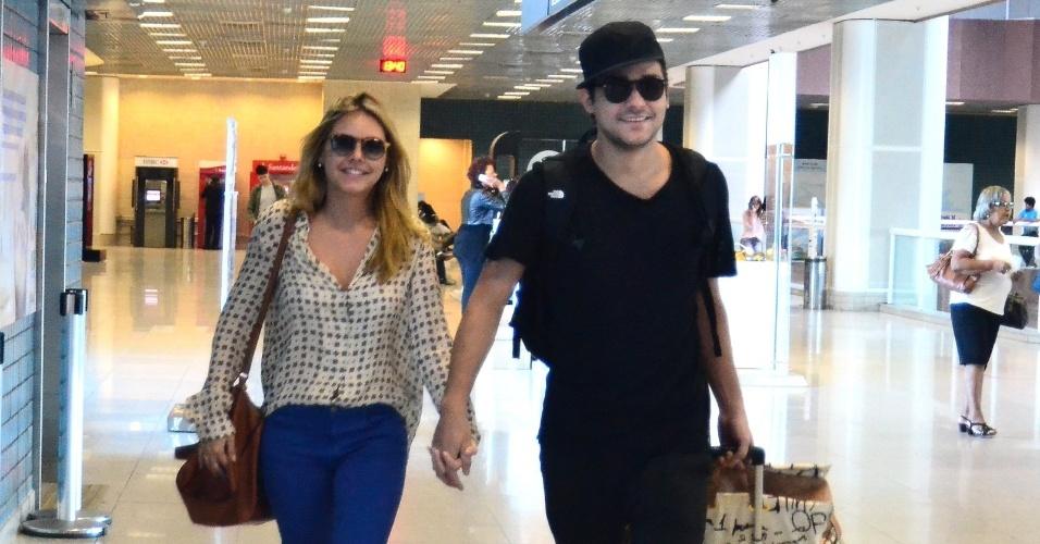3.jun.2014 - O humorista Eduardo Sterblitch embarca no aeroporto Santos Dumont com a noiva, a atriz Louise D'Tuani, no Rio de Janeiro