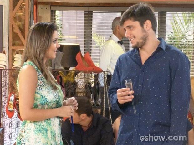André é gentil e oferece bebida para Bárbara, que adora a atenção
