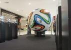 Bola da Copas, Brazuca gigante é atração em shopping