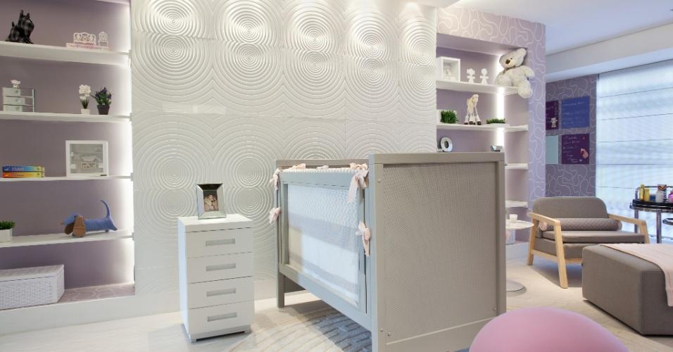 Quarto de bebê projetado pela arquiteta Raquel Kabbani para a Casa Cor São Paulo 2014. No espaço de 46 metros quadros, toques suaves das cores rosa e lilás quebraram a sobriedade do mobiliário em cinza