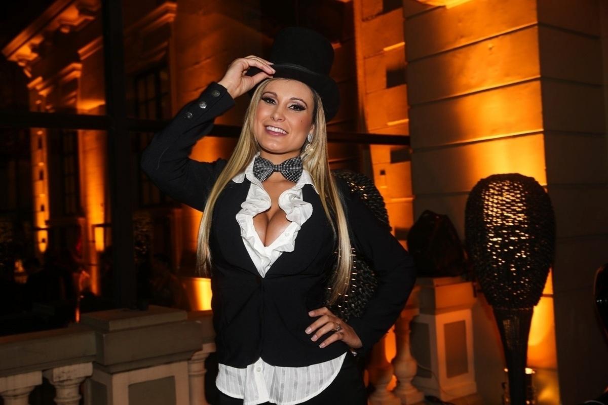 5.jun.2014 - Andressa Urach vai ao aniversário da decoradora de festas Andrea Guimarães