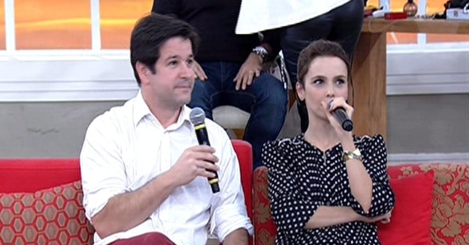"""5.jun.2014 - Murilo Benício surpreende Débora Falabella e aparece no """"Encontro Com Fátima Bernardes"""" com flores"""