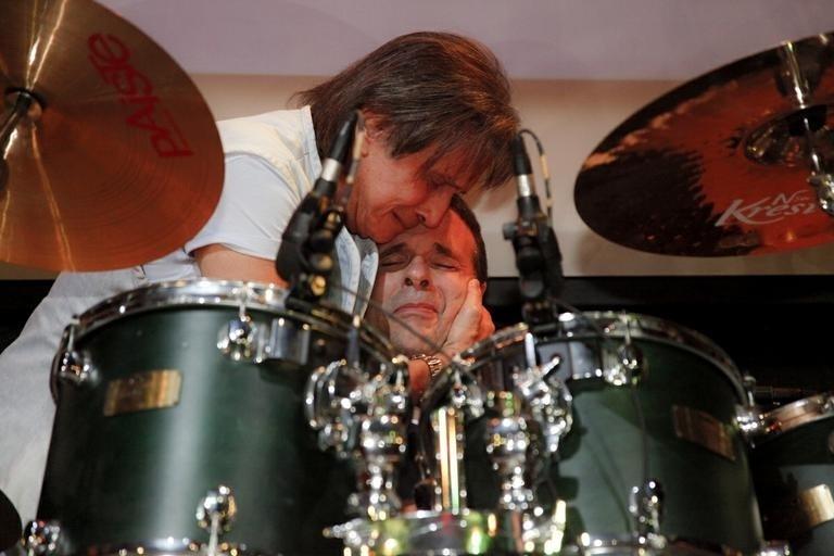 05.mai.2014 - Roberto Carlos e seu filho, Dudu Braga, se emocionam durante show da banda RC na Veia, da qual Braga é baterista