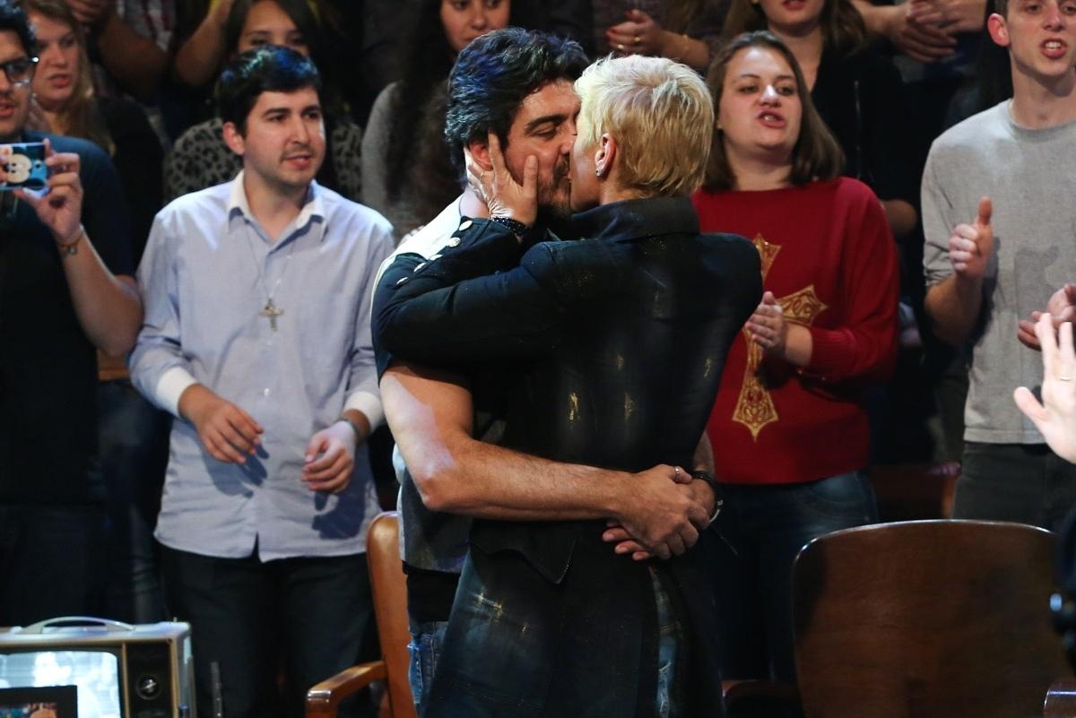 6.jun.2014 - Xuxa beija Junno Andrade em gravação do