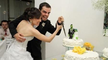 """O casal Jonatah (24) e Rafaela (25) levou a paixão por """"WoW"""" para a festa de casamento"""