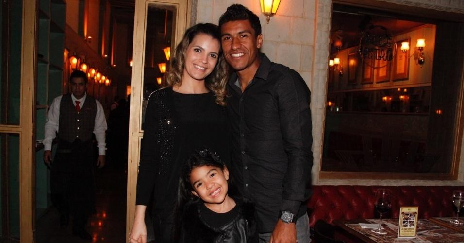 6.jun.2014 - O jogador Paulinho levou a família para a inauguração de um restaurante, na zona sul de São Paulo