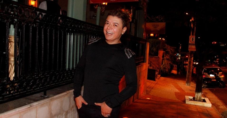 6.jun.2014 - O promoter David Brazil encontrou os amigos na inauguração de um restaurante, na zona sul de São Paulo
