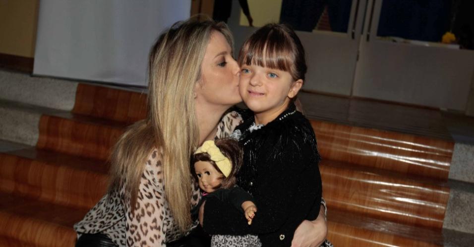 7.jun.2014 - Ticiane Pinheiro beija a filha Rafaella Justus, de quatro anos, no aniversário das filhas de Rodrigo Faro em buffet infantil no bairro de Moema, em São Paulo