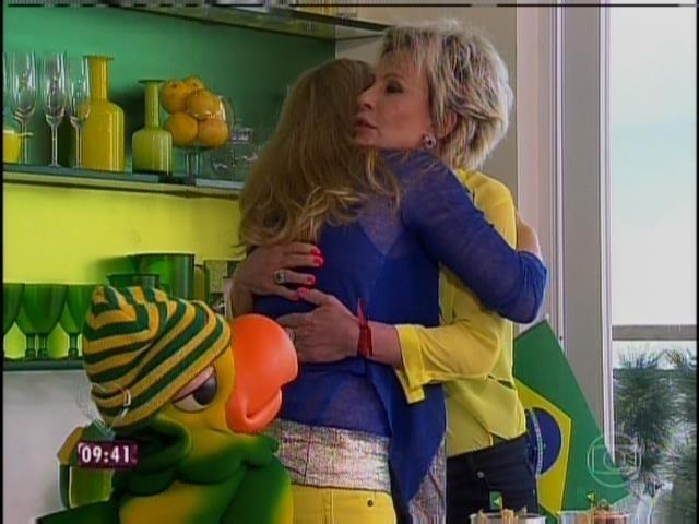 """9.jun.2014 - Ana Maria Braga abraça Angélica em sua casa no Rio. A apresentadora do """"Mais Você"""" decorou o local em verde e amarelo"""