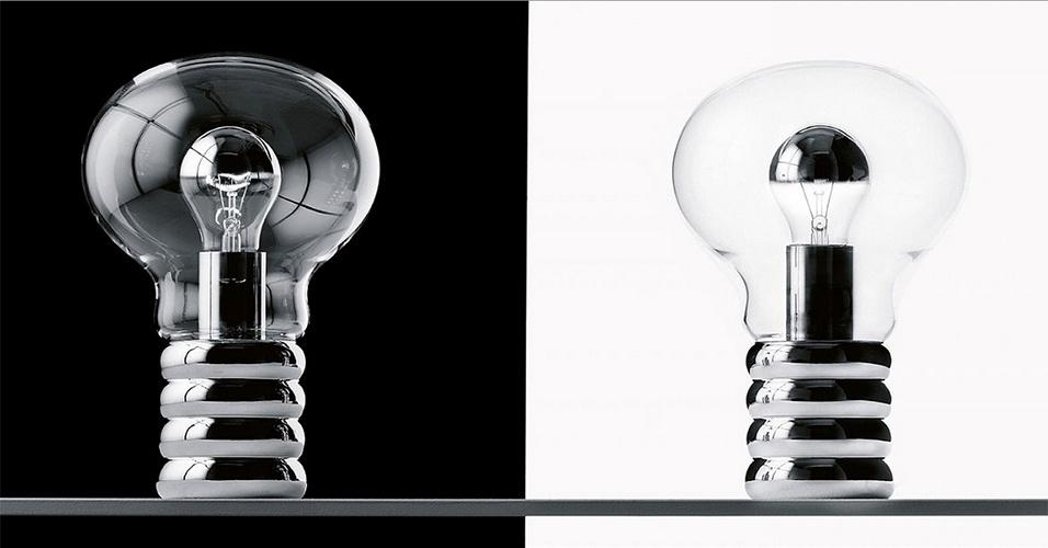 Luminária Bulb - Criada em 1966 pelo designer alemão Ingo Maurer (1932), a luminária de mesa com formato de lâmpada é parte da coleção permanente do Museu de Arte Moderna de Nova York (MoMA). A peça é o símbolo da renúncia ao arquétipo clássico de abajur, com cúpula, armação e pé