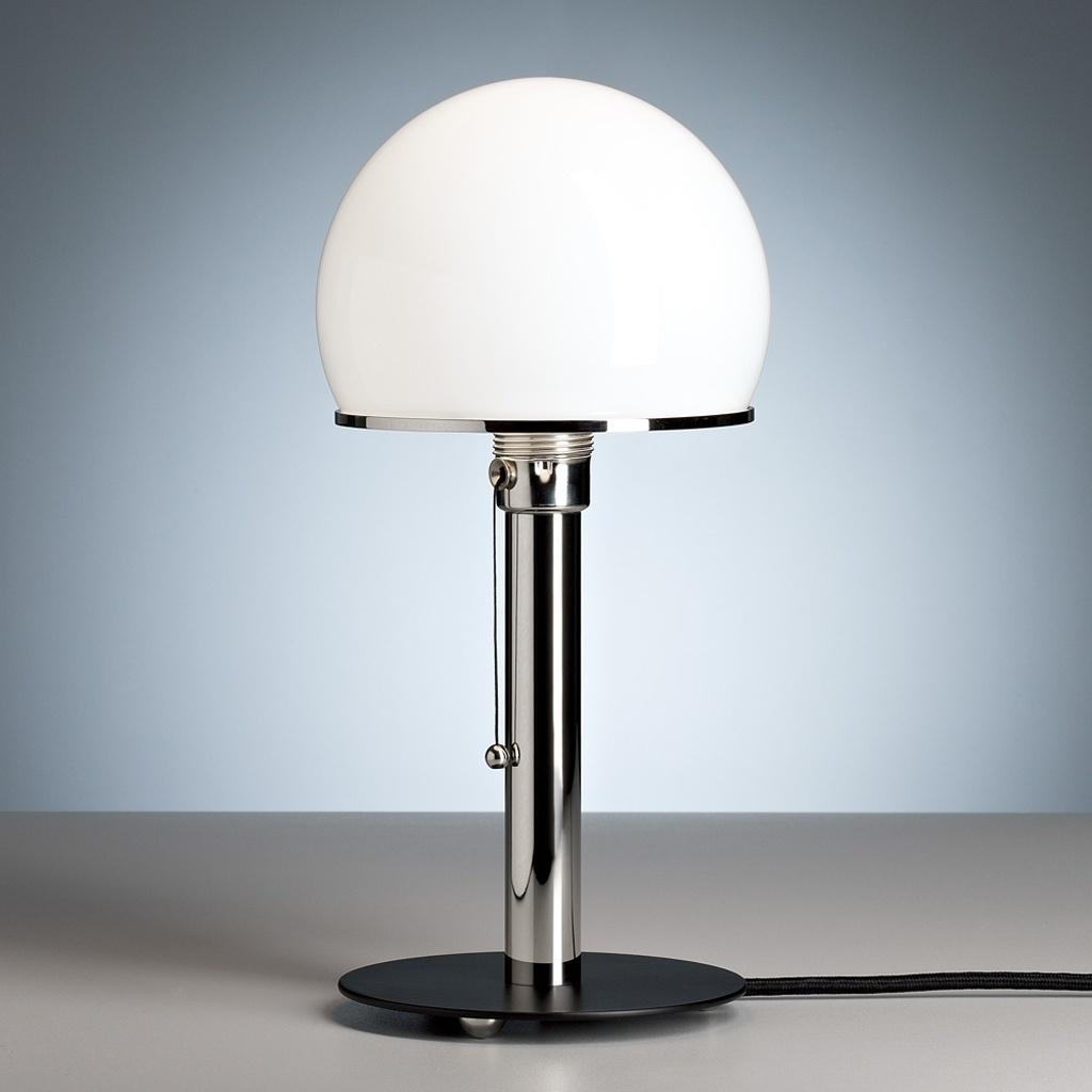 Luminária WG 24 - Em 1924 os designers alemães Wilhelm Wagenfeld e Karl J. Jucker apresentaram a luminária de mesa WG 24  - também conhecida como