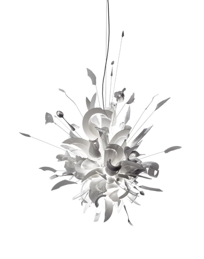 Lustre Porca Miséria! - O rigor com a funcionalidade que marcou as produções da Bauhaus não rege todo o design alemão. A luminária de teto Porca Miséria!, de Ingo Maurer, comprova isso. A badalada e expressiva peça feita de cacos de porcelana (de jantar) branca e talheres de metal foi desenvolvida em 1994 e tem produção limitada. O pendente faz parte da coleção do Museu de Arte Moderna de Nova York (MoMA)