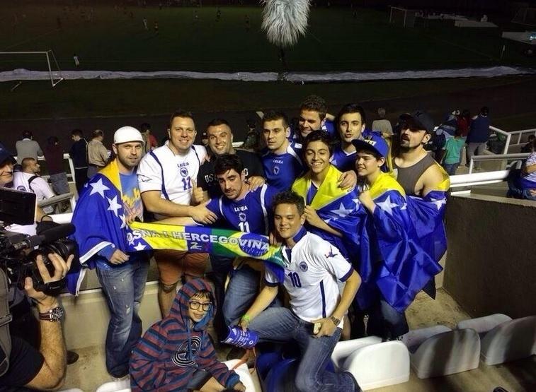 Marcelo Adnet assistiu ao amistoso entre Bósnia e o time sub-20 do Santos, no Guarujá (SP). Após a partida, o humorista tirou foto com os torcedores e escreveu um post em bósnio seu Twitter.