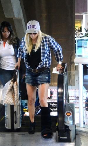 10.jun.2014 - Antonia Fontenelle foi vista circulando com pé imobilizado no aeroporto Santos Dumont, no Rio de Janeiro. Ela se machucou durante treino de pole dance para o quadro